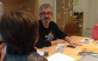 O escritor Claudio Fragata dá entrevista para o repórter mirim Maurits. Crédito: jornal Joca.