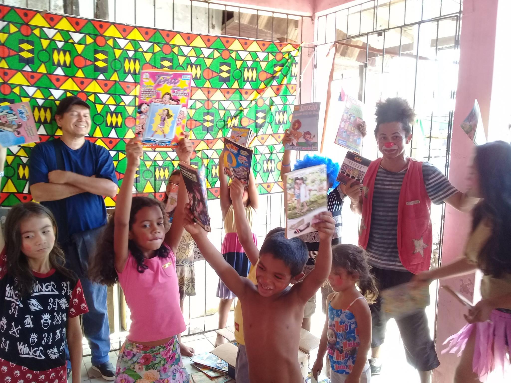 Crianças recebem livros do projeto Barca das Letras