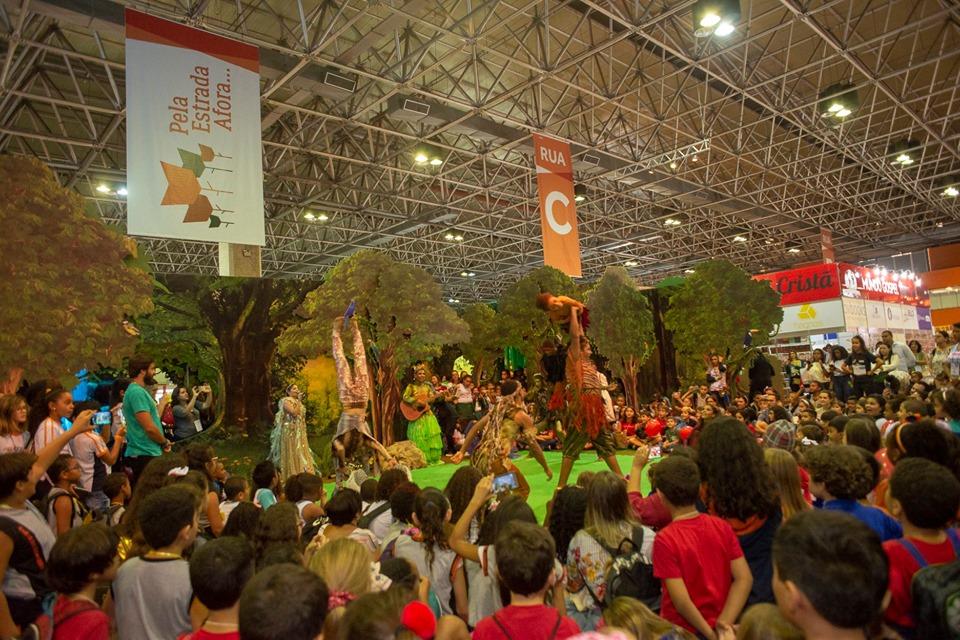 Apresentação de circo da edição de 2019 da Bienal do Rio. Foto: Facebook/ Reprodução.