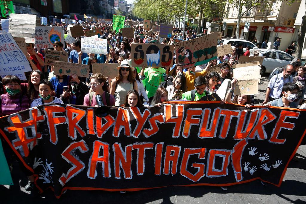 Crianças em Santiago, no Chile, com um cartaz em apoio ao Fridays for Future (sextas-feiras pelo futuro) durante uma manifestação do dia 20 de setembro. Foto: Marcelo Hernandez/Getty Images