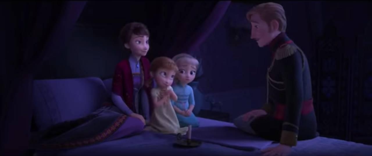 O novo trailer de Frozen 2 começa com Anna e Elsa ouvindo histórias de ninar com seus pais. Foto: YouTube/ Reprodução.