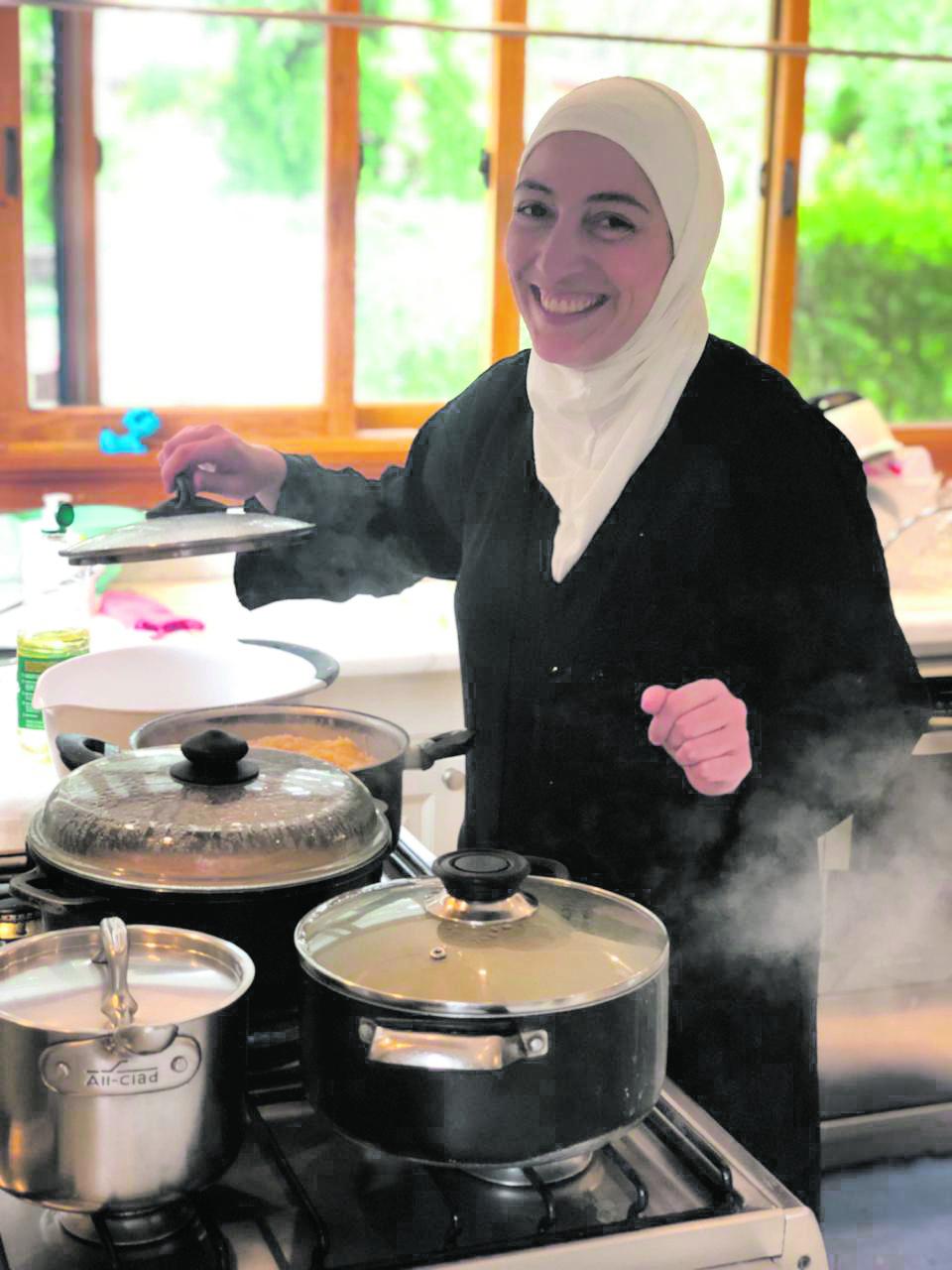 Ghazal preparando comidas típicas da culinária síria. Foto: Stephanie Habrich