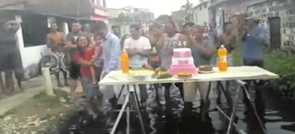 Aniversário de buraco, população do Recife celebra
