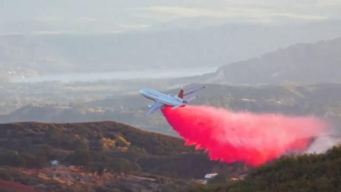 O gel pode ser espalhado nas florestas através de aviões e equipamentos de agricultura. Foto: YouTube/ Reprodução.