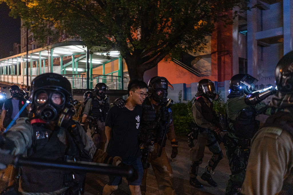 Jovem manifestante sendo preso durante protesto em Hong Kong. Foto: Ivan Cheung/SOPA Images/LightRocket via Getty Images