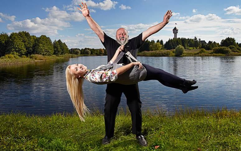 O lituano Antanas Kontrimas conseguiu levantar uma mulher usando apenas sua barba. Foto: Guinness World Records/ Divulgação.
