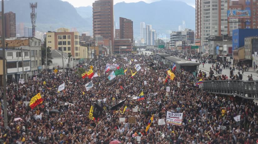 Colombianos protestam em Bogotá, na Colômbia, em 21 de novembro. Foto: Daniel Garzon Herazo/NurPhoto via Getty Images