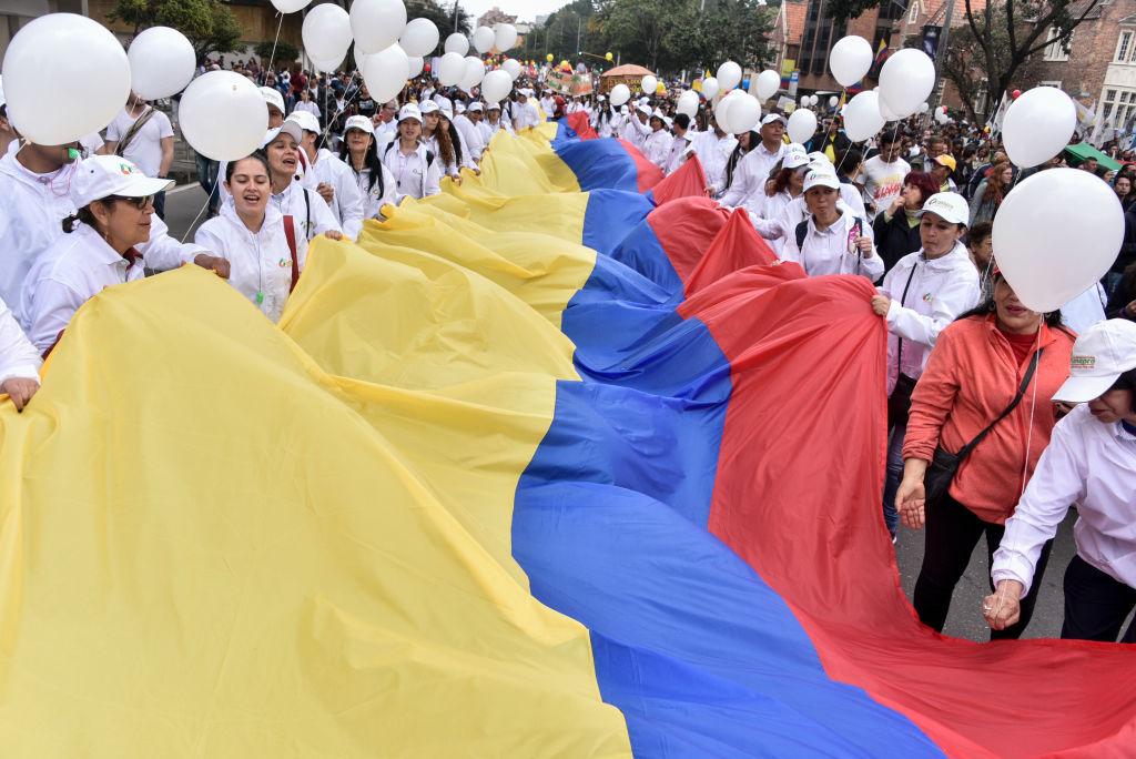 Colombianos levantam a bandeira do país em protesto contra o presidente Ivan Duque. Foto: Guillermo Legaria Schweizer/Getty Images