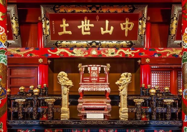 Na parte de dentro do Seiden, estrutura principal do Castelo de Shuri, é possível ver réplicas do trono de reis antigos. Foto: CEphoto, Uwe Aranas/Creative Commons