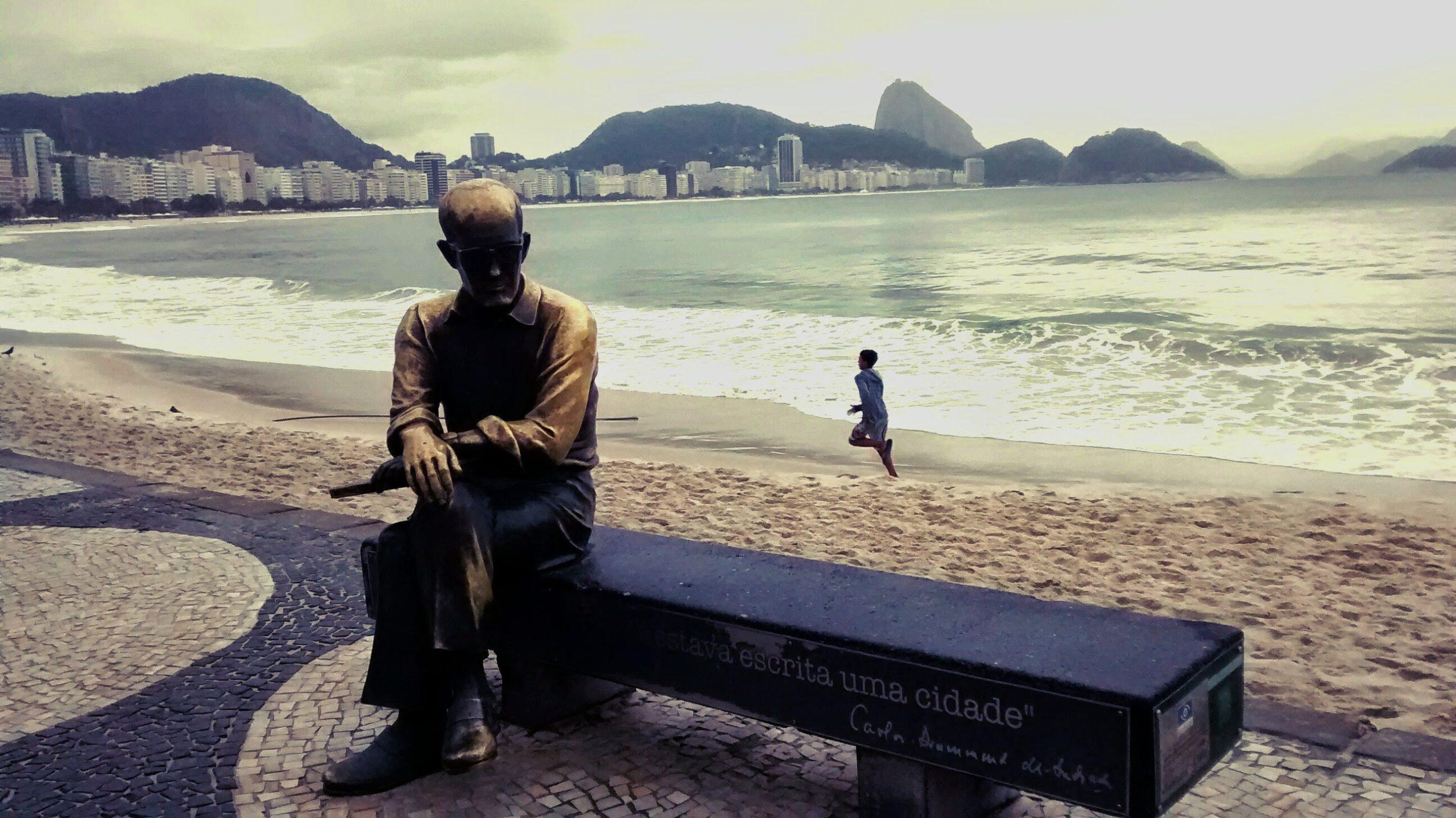 estátua carlos drummond de andrade no calçadao de Copacabana