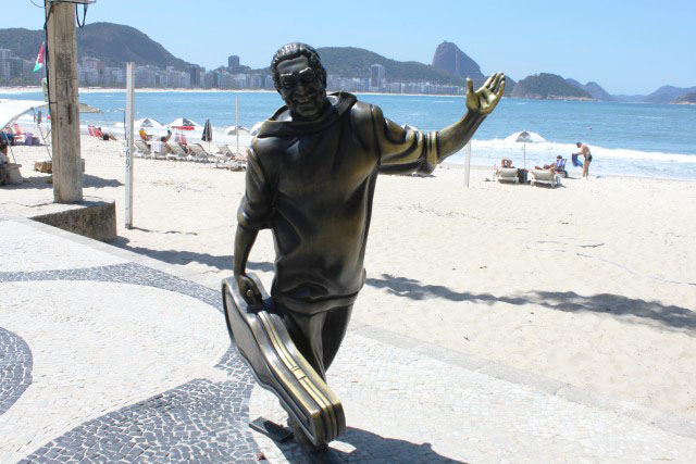 Estátua Dorival Cayimmi no calcadao de Copacabana