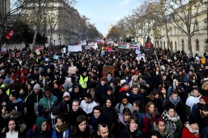 Manifestantes reunidos no dia 10 de dezembro em Paris para protestar contra a reforma da previdência proposta pelo presidente da França. Foto: Julien Mattia/Anadolu Agency via Getty Images
