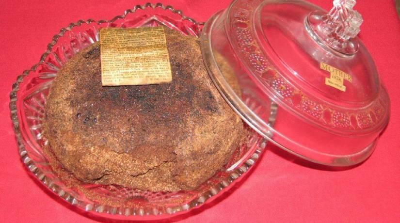 O bolo é exposto como decoração na sala de jantar da atual proprietária. Foto: Reprodução/ Facebook.