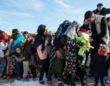 Crianças sírias recebendo brinquedos em campo de refugiados de Idlib, em fevereiro. Foto: Burak Kara/Getty Images