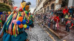 No Equador, as pessoas brincam com espuma, balões de água ou farinha no carnaval. Foto: Xavier Caivinagua / Press South