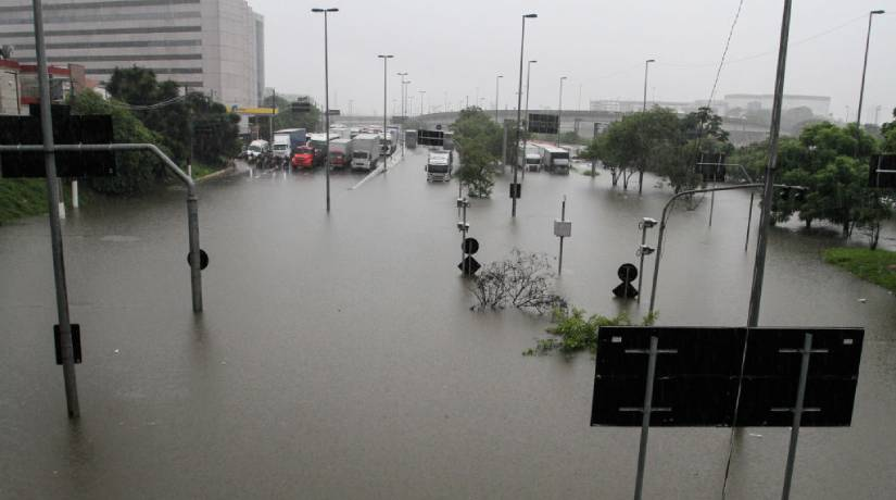 As chuvas causaram alagamentos tão intensos que em alguns locais as pessoas e os veículos não conseguiam transitar. Foto: Fabio Vieira/FotoRua/NurPhoto via Getty Images